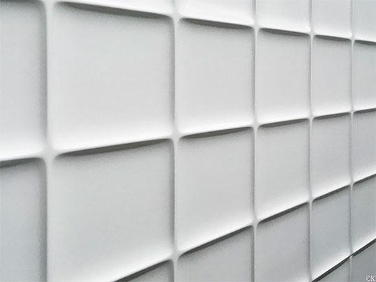 Белоснежная плитка с рельефной поверхностью