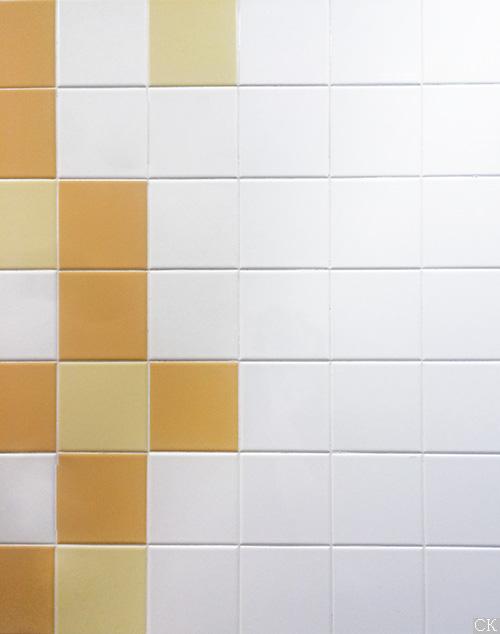 Укладка белой плитки вместе с разноцветной