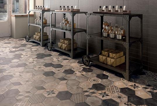 Дизайнерская напольная плитка пэчворк на поверхности бетона