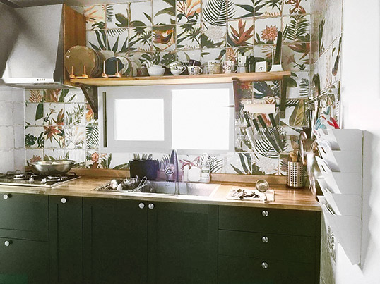 Плитка с цветами для кухни