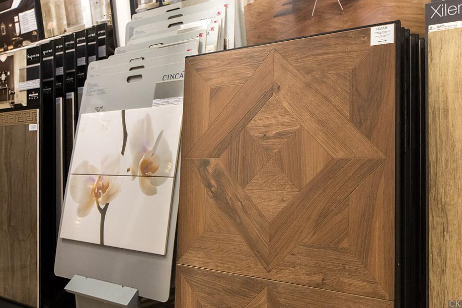 Керамогранит под дерево в магазине плитки Санта Керамика в Экспострое на Нахимовском