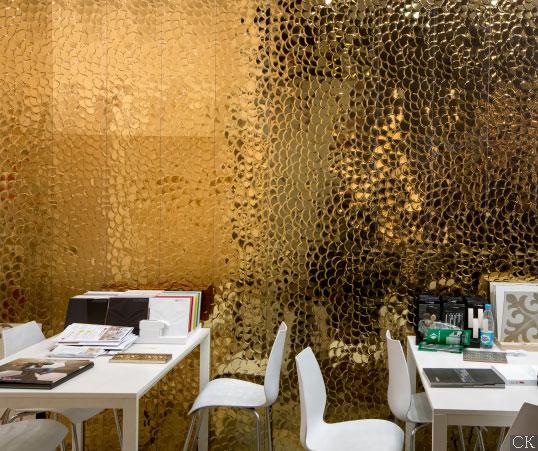 Имитация золотой чешуи в плитке для стен ванной и кухни