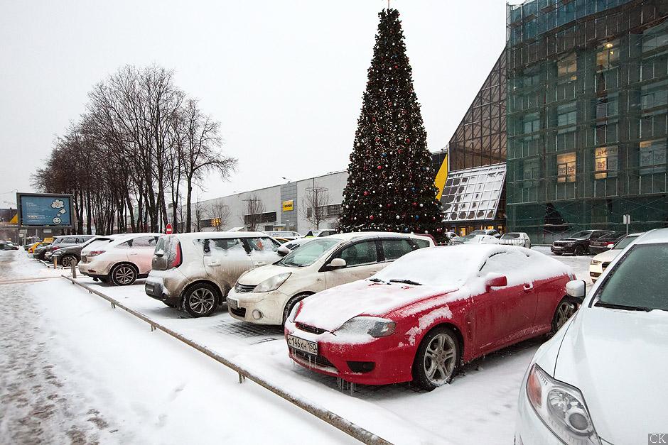 Парковка перед магазином плитки на Нахимовском