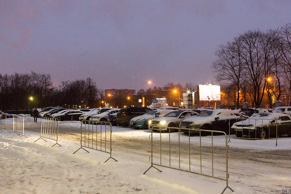 Главная парковка перед магазином плитки на Нахимовском