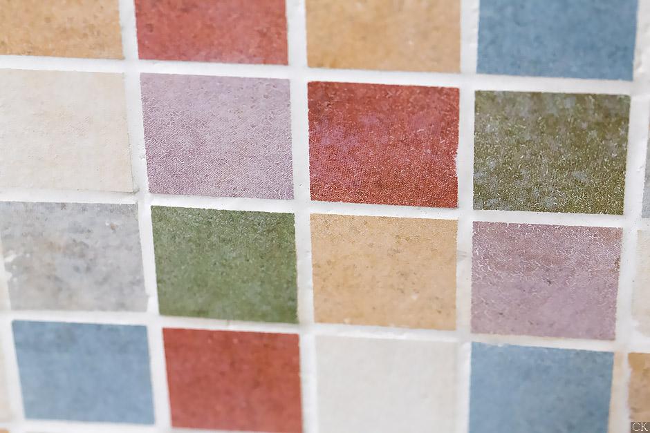 Разноцветная мозаика в магазине плитки на Нахимовском