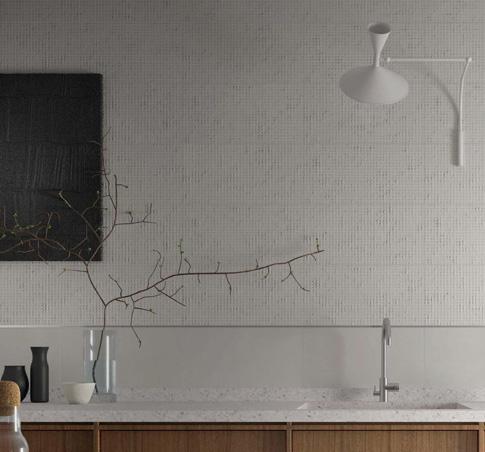 Белая рельефная плитка для ванной от Aparici