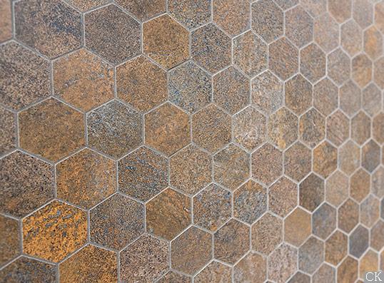 Металлизированные керамогранитные шестиугольники на сетке
