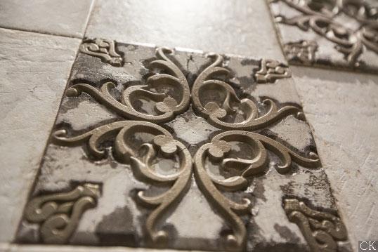 Плитка с декоративными металлическими вставками