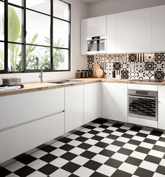 Белая напольная плитка с пэчворк дизайном