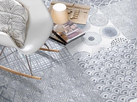 Белая напольная плитка с орнаментом под ткань