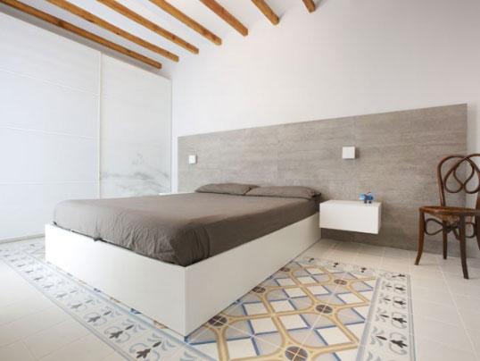 Напольная плитка белого цвета с монохромным ковром, 20х20