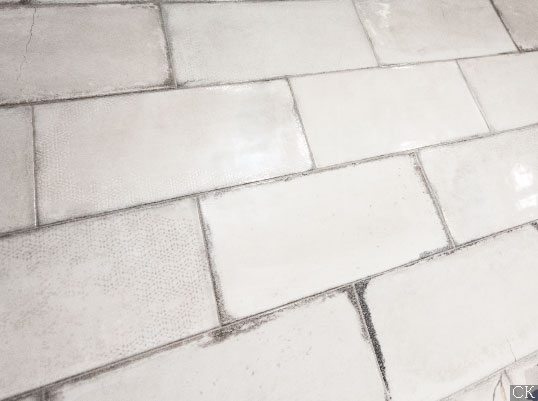 Белая глянцевая плитка под состаренный кирпич с узорами