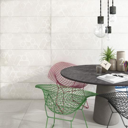 Дымчато- белая плитка с геометрическим узором