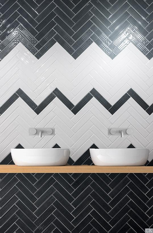 Черно-белая глянцевая плитка под кирпич для ванной