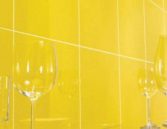 Желтая плитка для ванной комнаты, в полоску