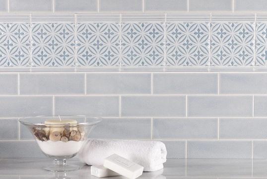 Голубая плитка небольшого размера для ванной и кухни
