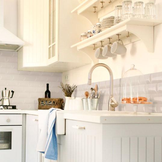 Белая плитка кабанчик на фатук кухни