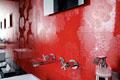 Красная плитка для ванной, с цветами