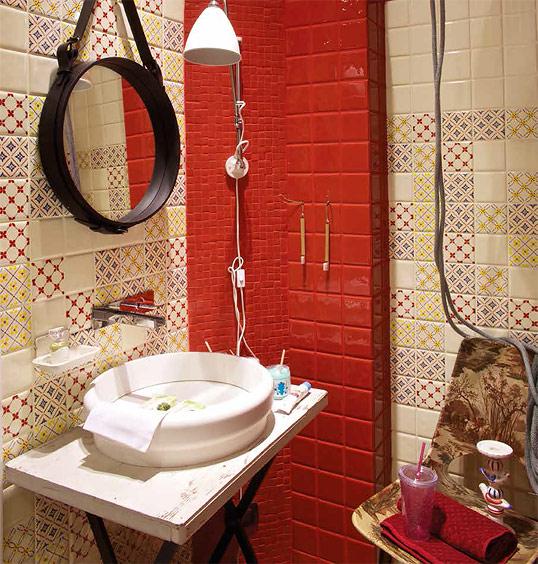 Красная плитка в ванную, в стиле кантри