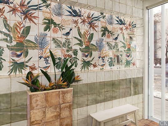 Зеленая плитка для ванной с цветочным панно