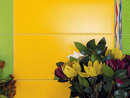 Рельефная плитка для ванной желтого цвета