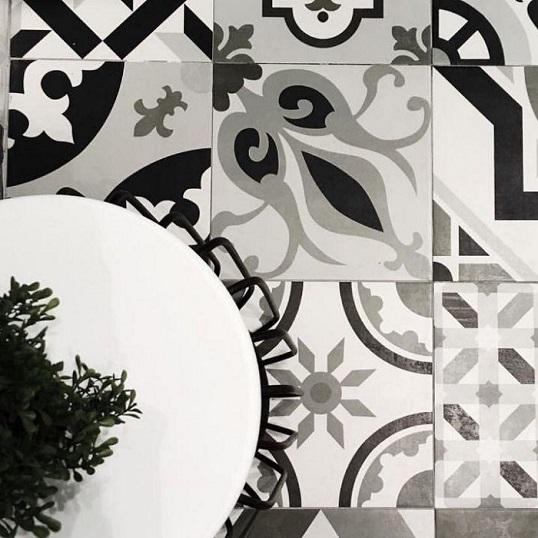 Плитка для пола с черно-белым рисунком пэчворк