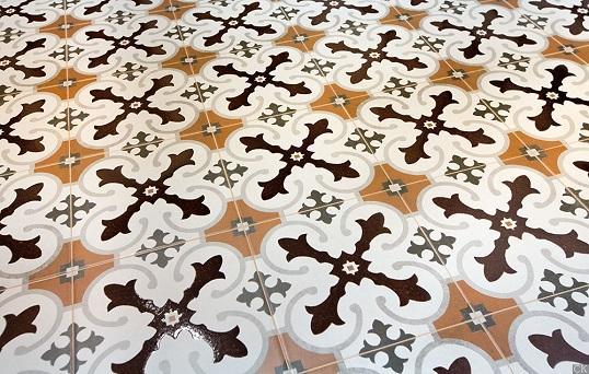 Напольная плитка с контрастным орнаментом