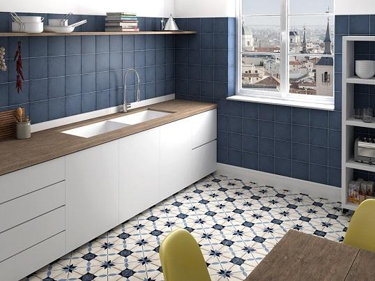 Бело-синяя напольная плитка со средиземноморским орнаментом