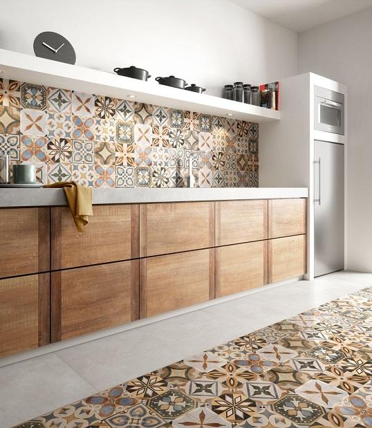 Яркая плитка пэчворк в стиле итальянской классики для кухни
