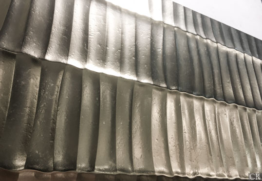 Металлизированная плитка с волнистой поверхностью