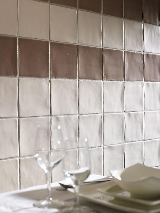 Шелковистая плитка для ванной светло-коричневого цвета