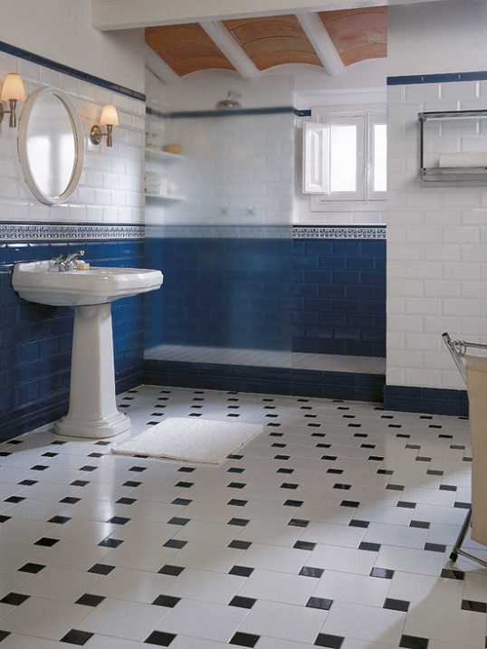 Бело-синий кирпичик в классическом интерьере