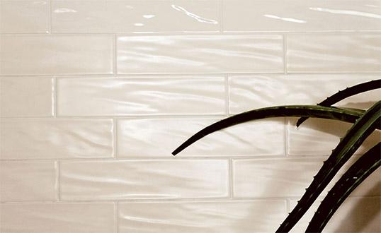 Декоративная бежевая плитка под кирпичик