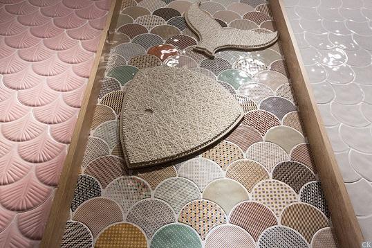 Яркая разноцветная плитка пэчворк для ванной