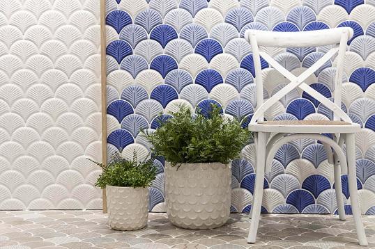 Бело-голубая дизайнерская плитка с ракушечной тематикой