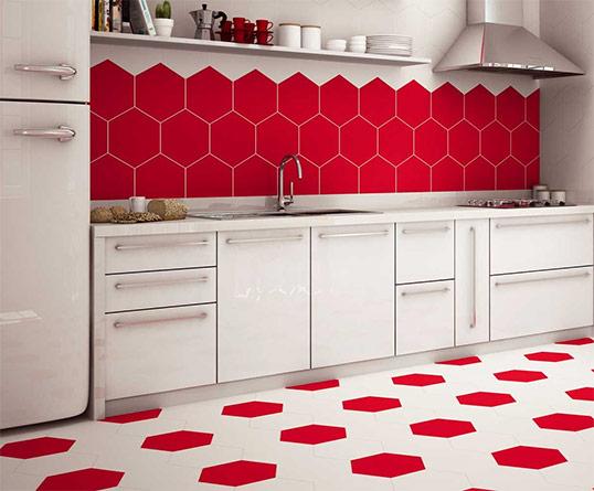 Яркая шестиугольная плитка красного цвета