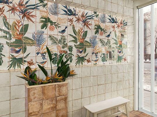 Белая плитка с райским декором для ванной и кухни