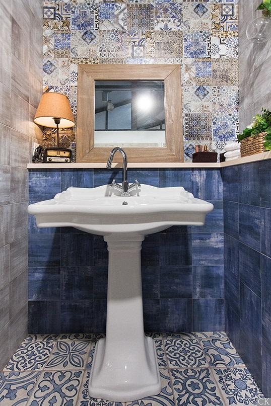 Яркая синяя плитка небольшого размера для ванной
