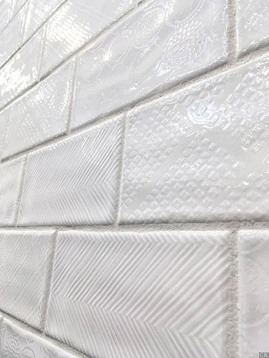Дизайнерская плитка под белый кирпич с узором