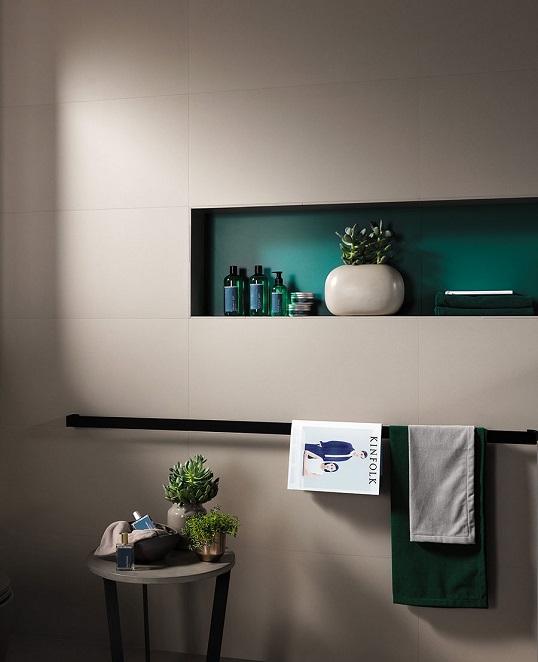 Темно-серая плитка большого размера для ванной