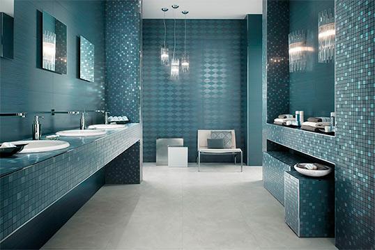 Голубая плитка для большой ванной