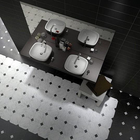 Черно-белая плитка с мраморной поверхностью для ванной