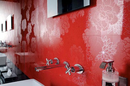 Эффектная плитка с красными цветами
