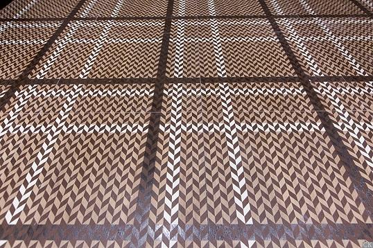Плитка под темное дерево с орнаментом шеврон
