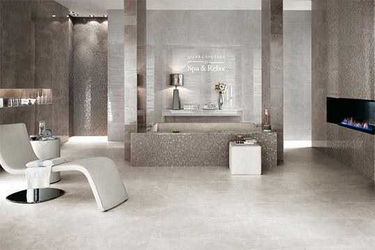 Глянцевая плитка под мрамор в серых тонах для ванной