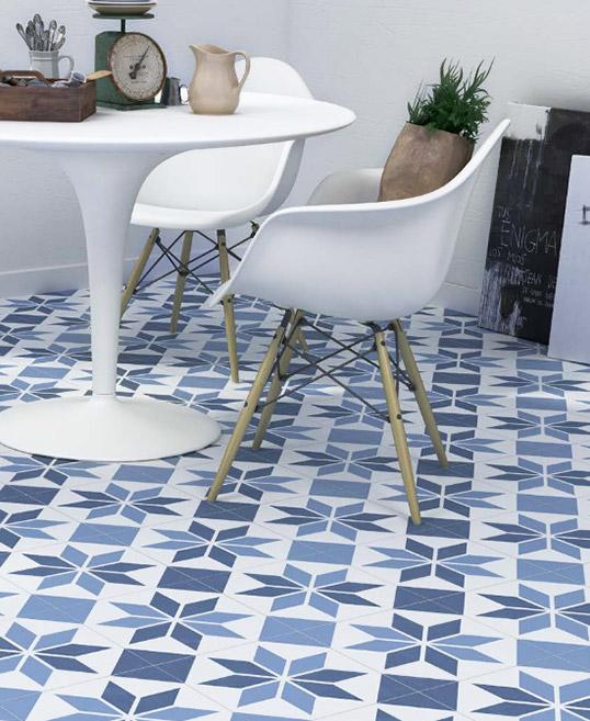 Бело-синяя напольная плитка с орнаментом