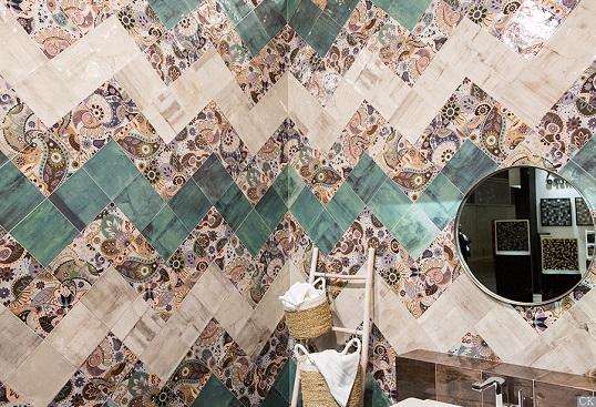 Керамическая плитка 20х20 в раскладке шеврон на стене