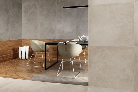 Тандем дерева и бетона в укладке плитки елочкой на полу