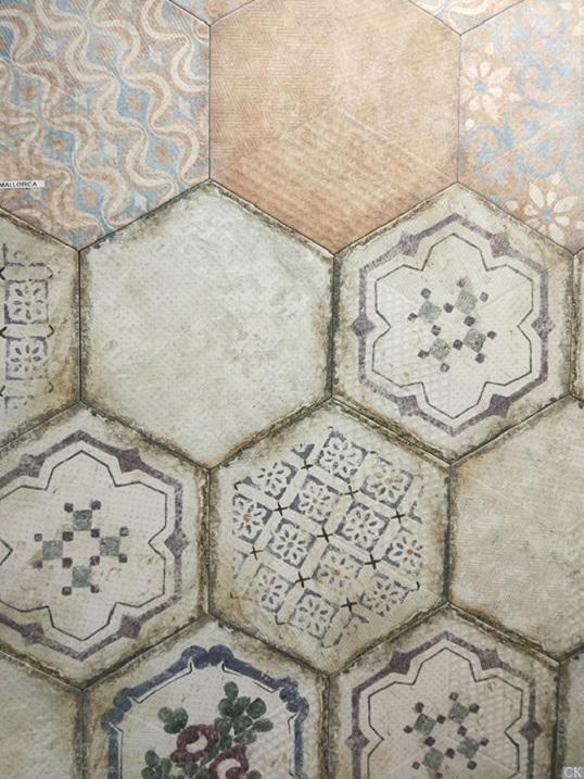 Состаренная плитка с ретро-орнаментами в форме шестиугольника