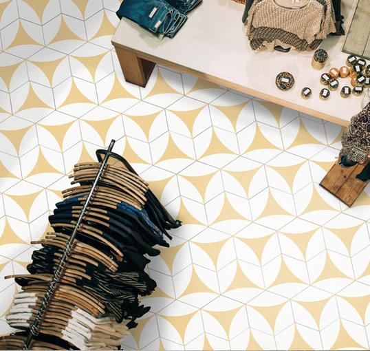 Желтая шестиугольная плитка на пол и стены
